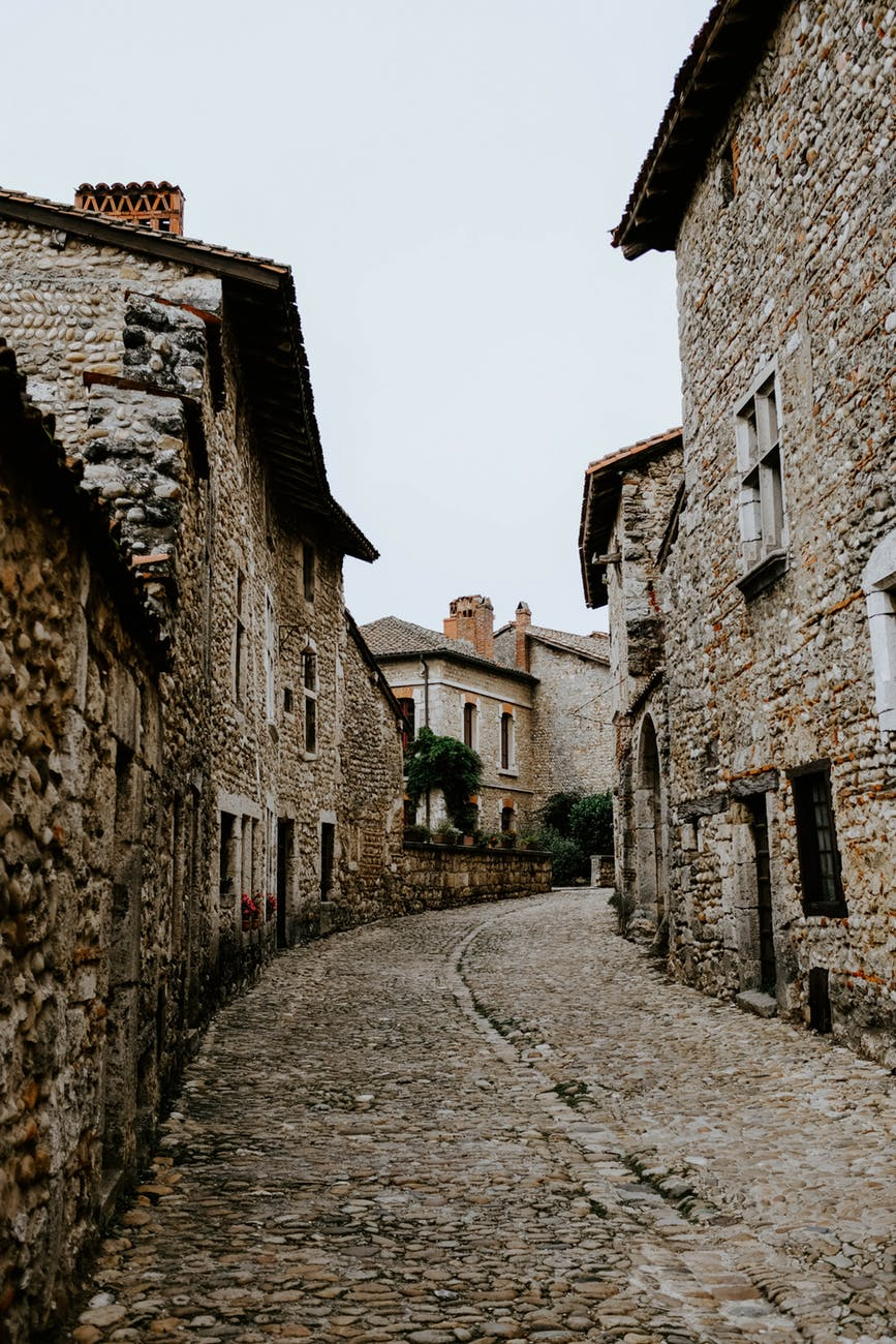 houses made of sones along a narrow cobblestone street